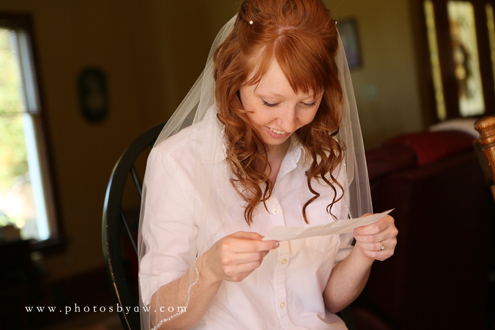 bride_reading_letter_from_groom